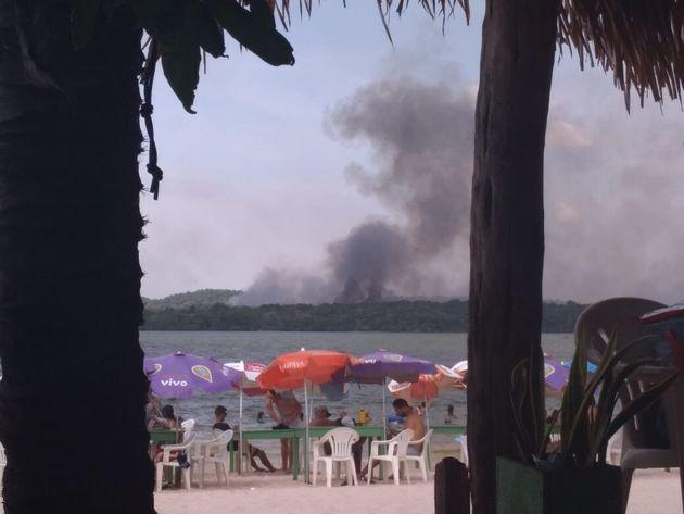 O incêndio atingiu a vila balneária de Alter do Chão, chegando até a rodovia...