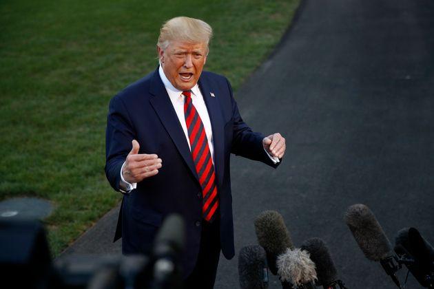 El presidente de Estados Unidos, Donald Trump, habla con reporteros antes de subir al Marine One, en...