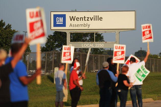 Des employés de GM à Wentzville au Missouri manifestent devant l'une des usines de
