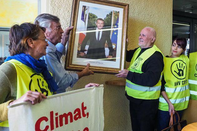 Décrochage du portrait d'Emmanuel Macron à la mairie de