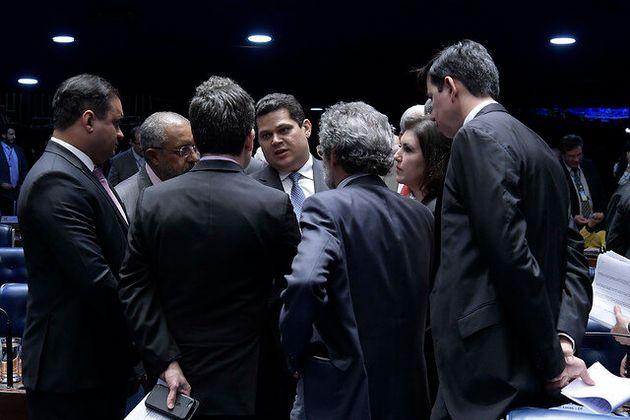 A favor da proposta, presidente do Senado, Davi Alcolumbre (DEM-AP) decidirá se o texto será...
