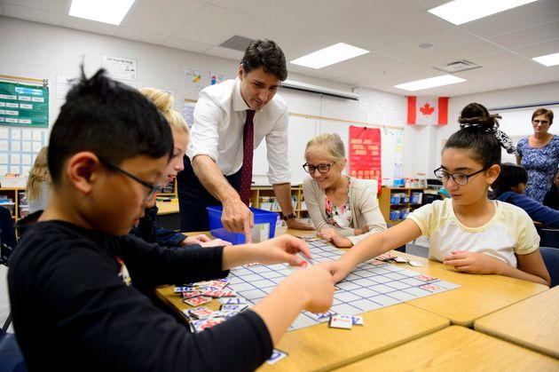 Le chef Justin Trudeau s'arrête à la Sandowne Public School, à Waterloo, en Ontario,...