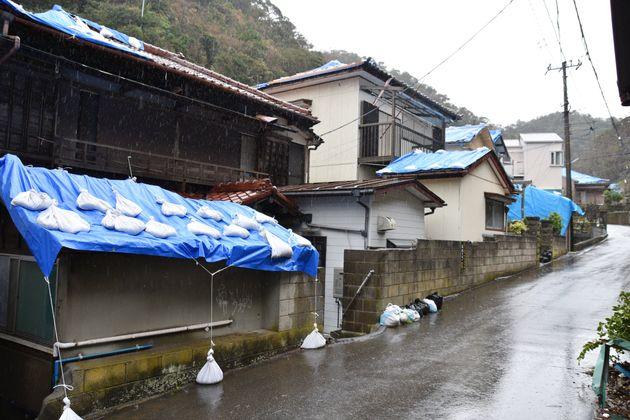雨漏り対策のブルーシートに覆われた民家=16日、千葉県鋸南町岩井袋