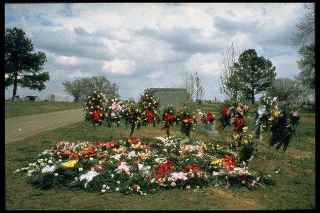 アーカンソー州で起きた銃乱射事件の犠牲者を悼む花束
