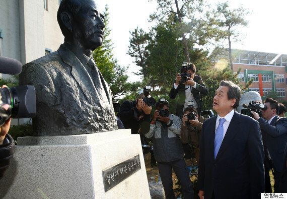 김무성 대표, 선친 흉상 있는 초등학교 찾아 '좌파들이 아버지 매도'