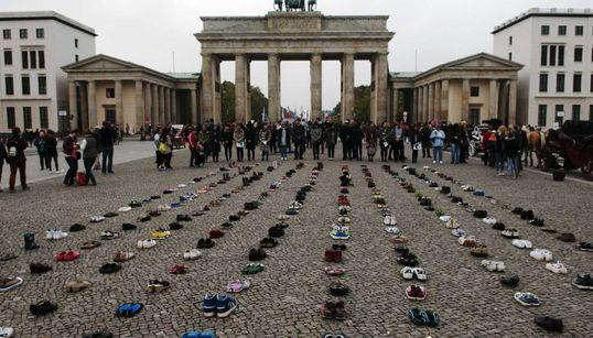 독일 광장에 놓인 304켤레의
