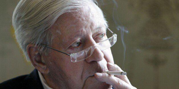 Altkanzler Helmut Schmidt raucht am Freitag, 30. April 2010, in Hamburg, nachdem er im Auftrag des griechischen...