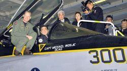 아베, 일본 총리 최초로 미국 항공모함 탑승하다(사진