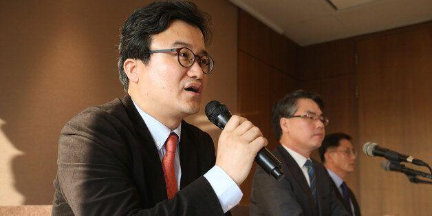 16일 오후 서울 중구 프레스센터에서 '올바른 역사교과서를 지지하는 교수 모임'이 기자회견을 열고 역사 교과서 국정화를 지지하는 내용의 성명서를 발표한 뒤 취재진 질문에 답하고 있다....