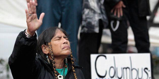 2011년 미국 시애틀에서 '콜롬버스의 날' 반대 시위를 하고 있는 코위찬 원주민