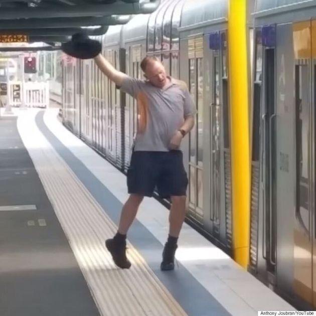 주말을 맞이한 어느 호주 기차역 직원의