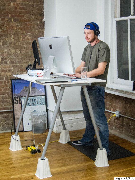 미안하다 여러분. 서서 일하는 책상이 딱히 건강에 더 좋은 건 아니라는 연구