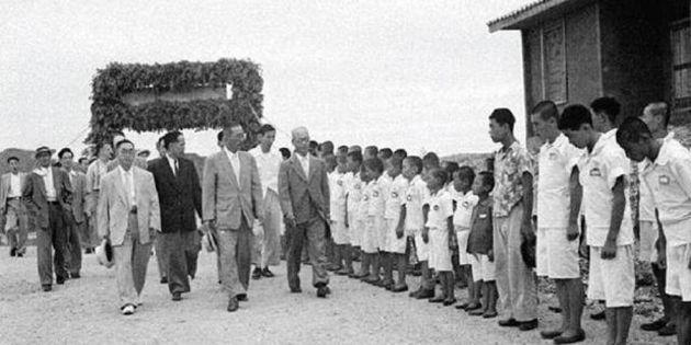 경기도 고위 공무원 시찰단이 선감학원을 방문한 모습으로 시기는 1960년대로 추정된다. 선감학원에 수용 중이던 어린이와 청소년들이 머리를 빡빡 깎은 채 교복을 입고 도열해 이들을 맞고