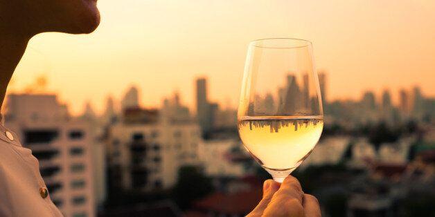 우울할 때 마시는 술은 오히려 해가 될 수