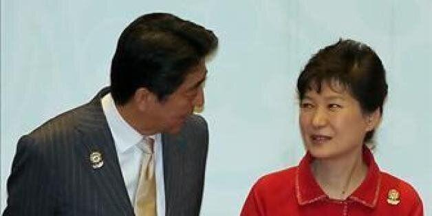 리콴유 전 총리의 국장 참석자 싱가포르를 방문한 박근혜 대통령이 3월 29일 토니 탄 싱가포르 대통령이 주재한 리셉션장에서 아베 신조(安倍晋三) 일본 총리를 대화하는