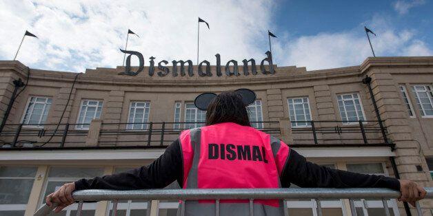 뱅크시의 '디즈멀랜드'는 난민 수용소로