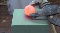 불타는 금속 공을 꽃꽂이용 스펀지에