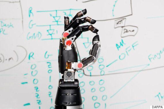 몸이 마비된 사람이 생각으로 조종하는 로봇 팔로 촉감을