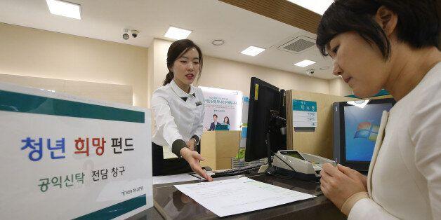 21일 오후 서울 중구 KEB하나은행 영업2부점에서 행원이 펀드에 대해 설명하고