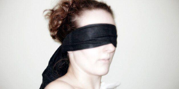 피해 여성 눈 가리고 인공성기로 강간한 여성,