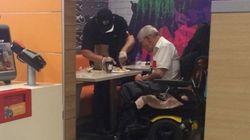 몸이 불편한 노인 손님의 식사를 손수 도운 맥도날드