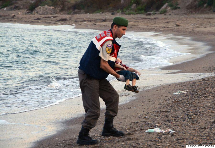 파도에 밀려온 시리아 난민 아이 사진의 위력을 통해 떠올린 한 장의