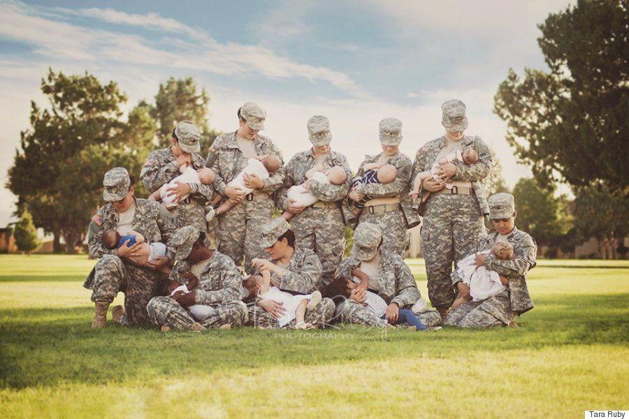 군복을 입고 모유수유를 하는 군인