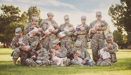 군복 입고 모유수유하는 군인