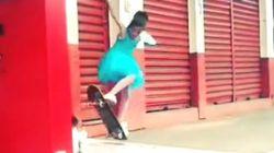 작은 팅커벨이 스케이트보드를 타고