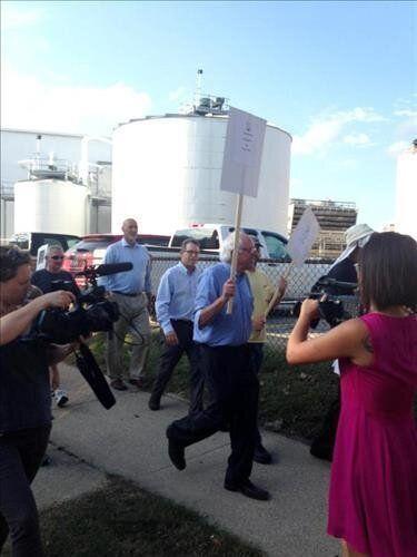 미 대선주자 샌더스, 시위대와 피켓 들고