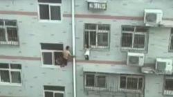 창문에 매달린 아기를 자루걸레로