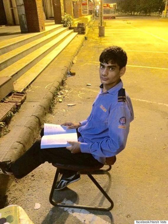 가로등 불빛으로 공부하는 인도의 ATM
