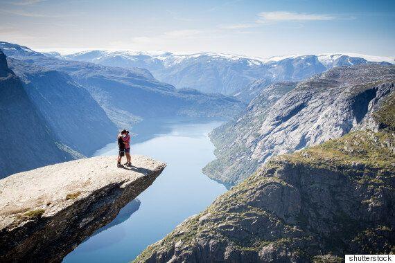 노르웨이 트롤퉁가 절벽에서 셀카 찍던 학생이 떨어져