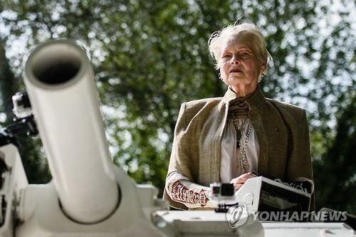 비비안 웨스트우드, 탱크를 몰고 캐머런 총리에게 돌진하다(사진,