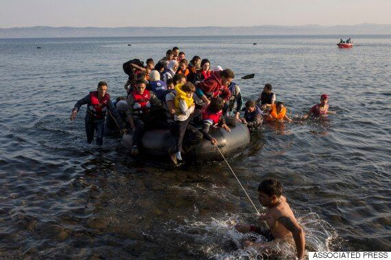 바다를 건너는 난민들, 그렇게 돈을 버는