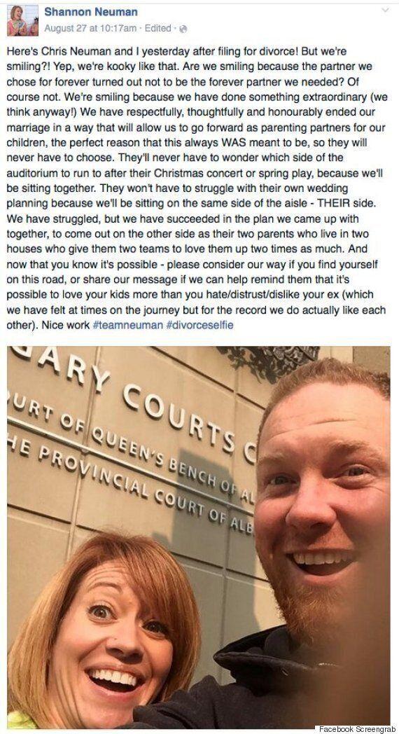 이혼한 커플들이 이혼을 기념하는 셀카사진을 찍고