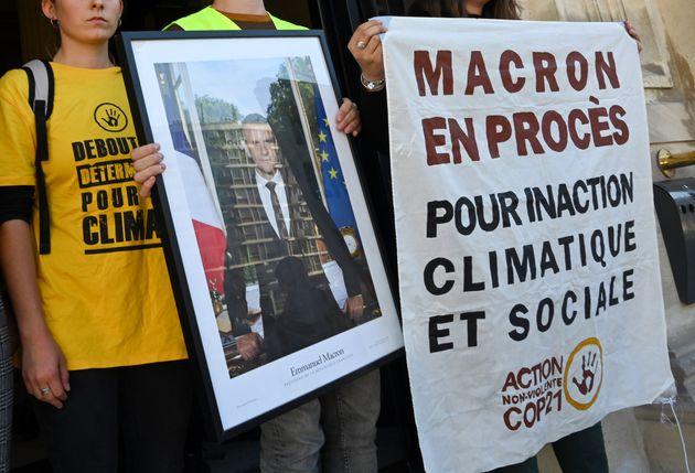 Deux militants qui avaient décroché un portrait d'Emmanuel Macron pour dénoncer son