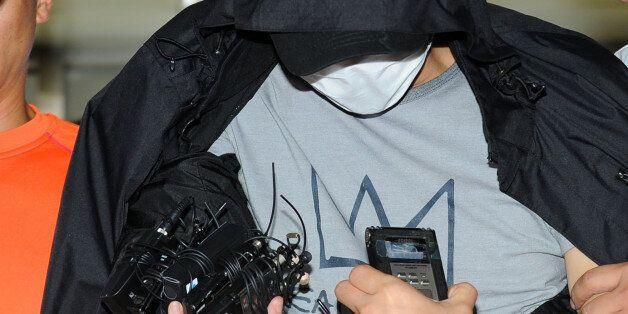 '워터파크 몰카' 동영상 촬영을 지시한 강모(33)씨가 27일 오후 전남 장성에서 검거돼 경기 용인동부경찰서로 압송, 취재진의 질문을 받고 있다. 강씨는 지난해 여름 최모(27·여)씨에게...