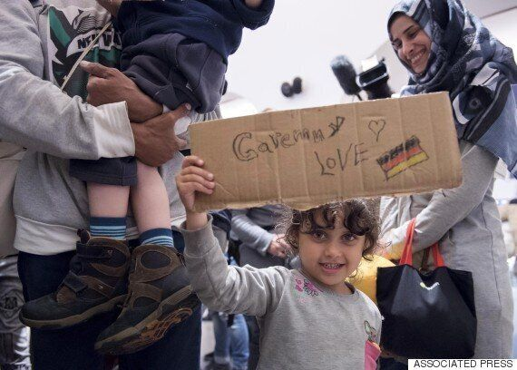 독일은 문을 열었고, 국민들은 난민들을