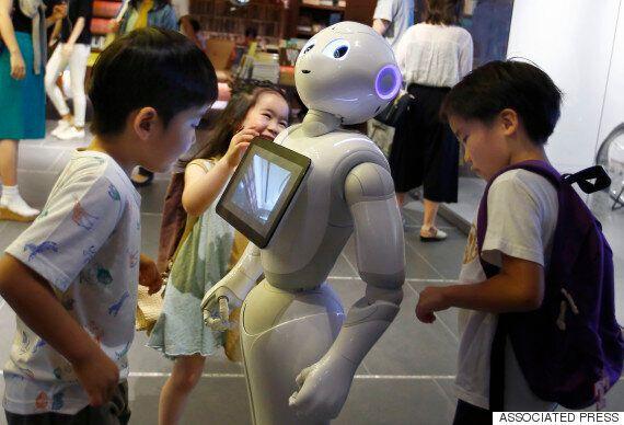 인간형 로봇 '페퍼' 취객에게 봉변