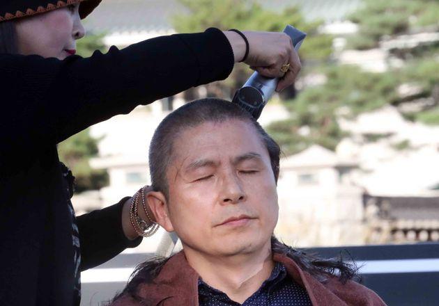 황교안 대표의 머리를 깎은 사람은 바리깡을 들지 않은 손을 사용해 황 대표가 통증을 느끼지 않게끔