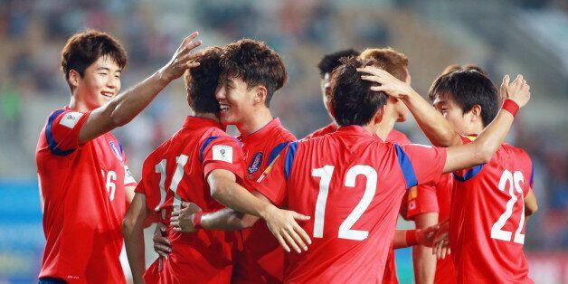 한국 이청용이 첫 골을 성공시키자 한국 선수들이 환호하고