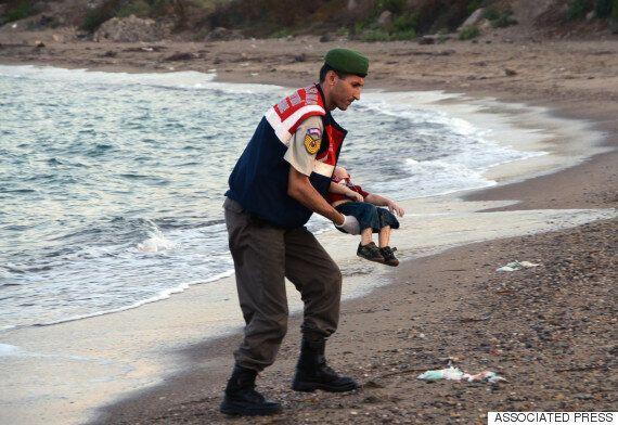 이 한 장의 사진이 유럽 난민 위기의 끔찍한 현재를