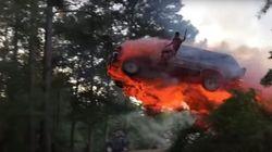 불타는 자동차를 타고 강으로