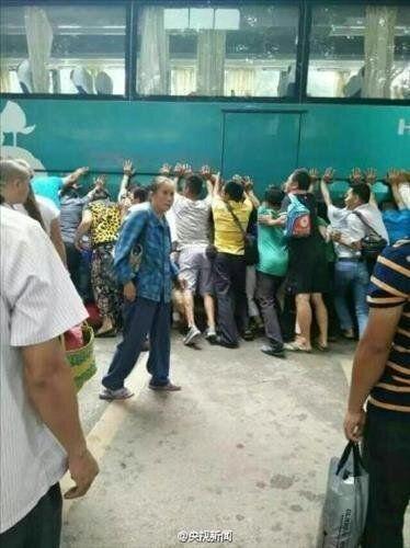중국에서 행인 100여명이 버스를 들어올려 아이를