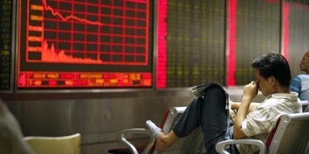 중국 증시의 상하이지수가 8.49%나 폭락하며 8년 만의 최대 낙폭을 기록한 24일, 베이징의 한 객장에서 투자자들이 초조한 표정으로 앉아 있다. 중국 증시 폭락의 여파로 아시아 각국...