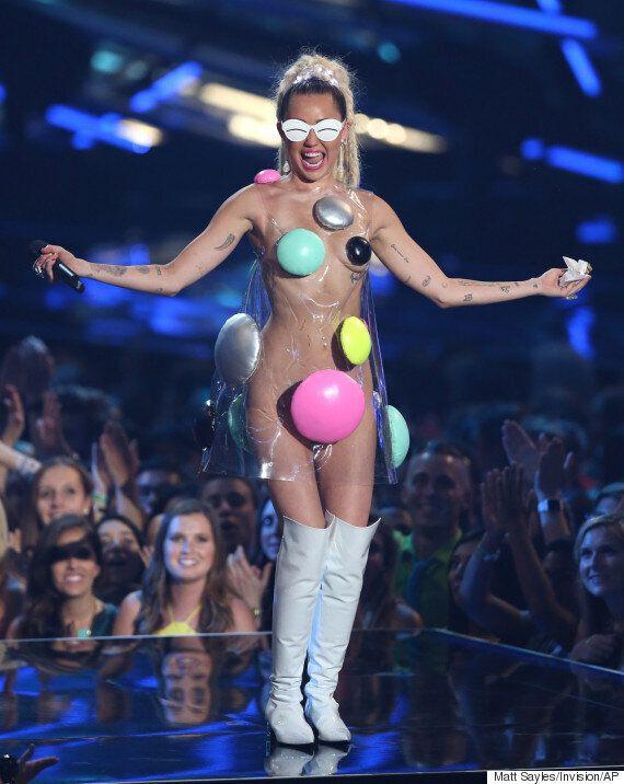 마일리 사이러스가 VMA에서 파격적인 의상을 끝없이