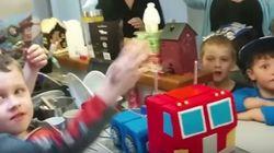 아들에게 실제로 변신하는 트랜스포머 생일 케이크를
