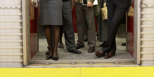 런던 지하철에서 젊은 여자의 옷차림을 지적한 남자에게 생긴