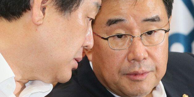 새누리당 김무성 대표(왼쪽)와 김정훈 정책위의장이 6일 국회에서 열린 최고위원회의에서 논의하고